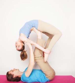 Młoda para w pozie jogi