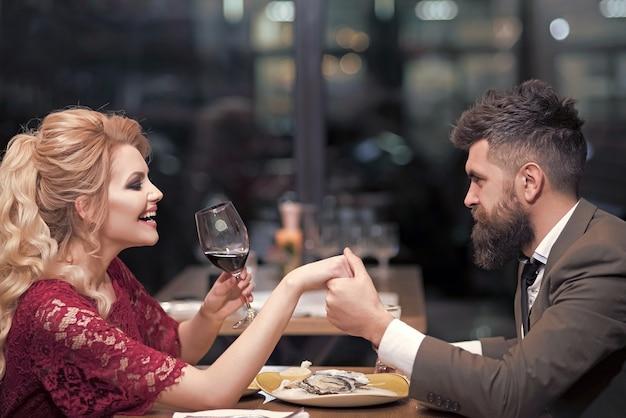 Młoda para w restauracji obiad
