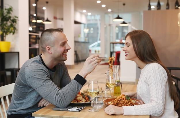 Młoda para w restauracji