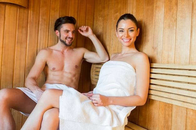 Młoda para w saunie
