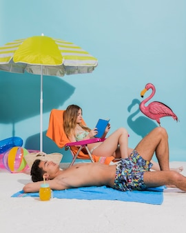 Młoda para w strój kąpielowy relaks na plaży