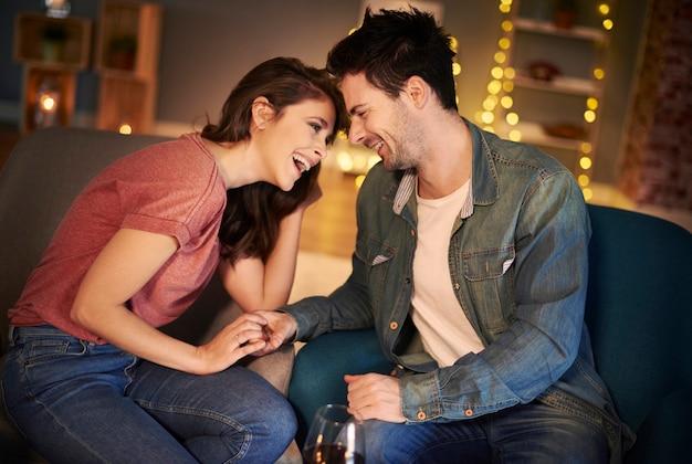 Młoda para w świetnym nastroju