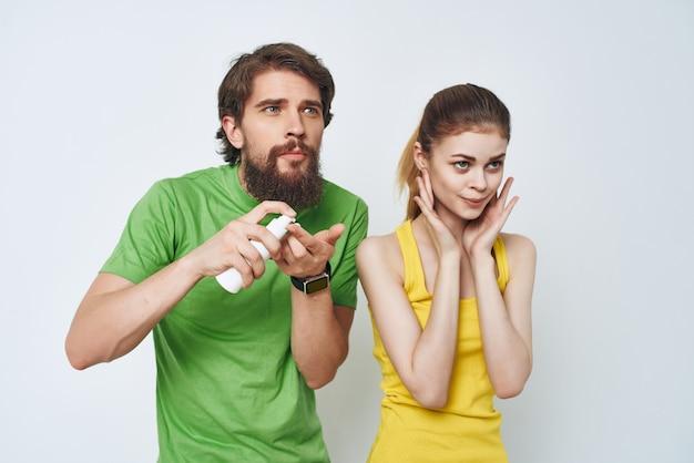 Młoda para w wielobarwne koszulki w oporządzaniu łazienki. zdjęcie wysokiej jakości