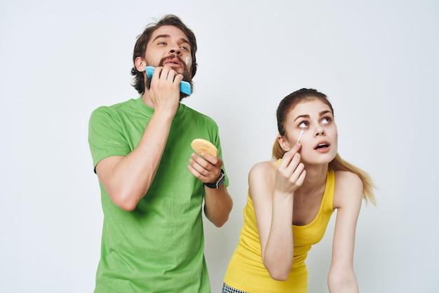 Młoda para w wielobarwnych koszulkach higiena pielęgnacja twarzy zdrowy poranek