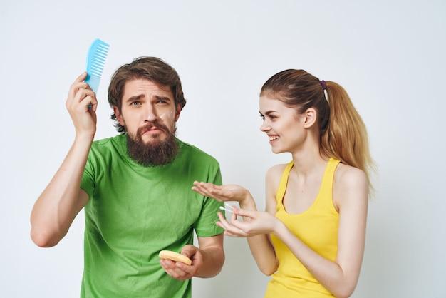 Młoda para w wielokolorowych koszulkach golenie skóry twarzy