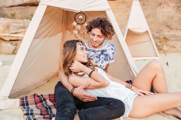 Młoda para w wigwamie na plaży