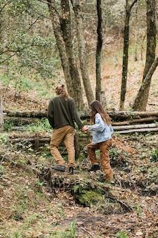 Młoda para wędrówki w lesie