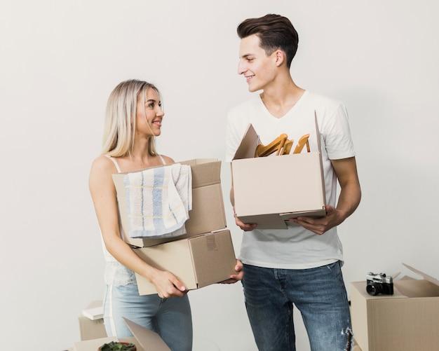 Młoda para wraz z kartonami