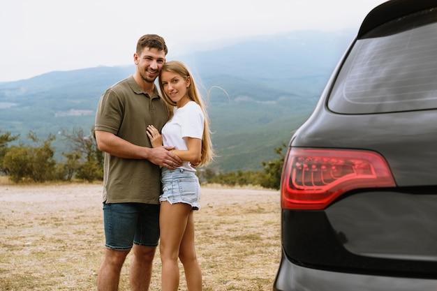 Młoda para wybiera się na romantyczną wycieczkę w góry samochodem