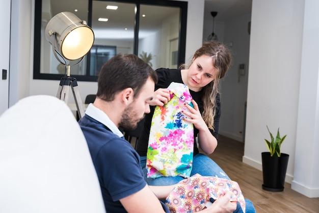 Młoda para wybiera tkaniny do swojego nowego domu