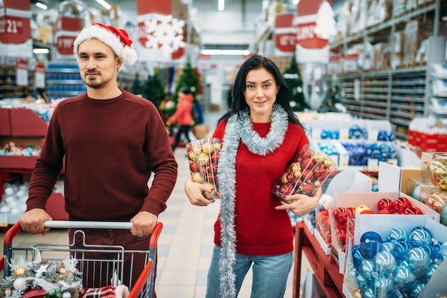 Młoda para wybrała w sklepie mnóstwo świątecznych zabawek