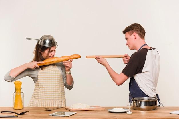 Młoda para wygłupiać z naczynia