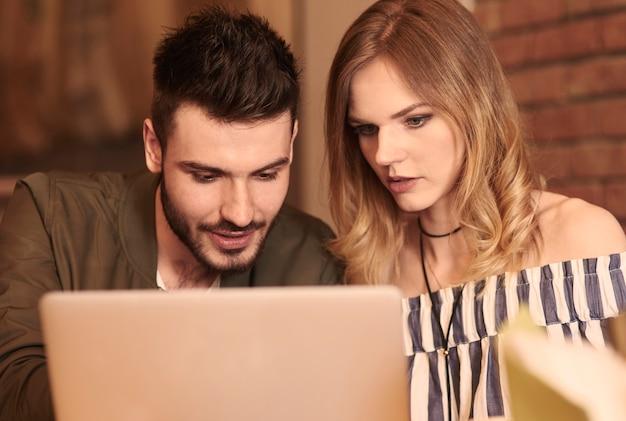 Młoda para z cyfrowym tabletem