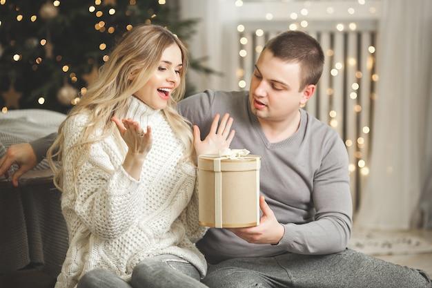 Młoda para z dekoracją świąteczną