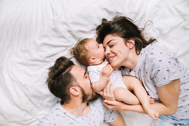 Młoda para z dzieckiem rano