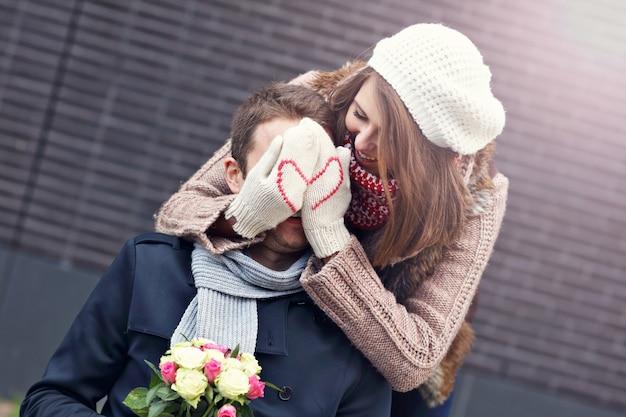 Młoda para z kwiatami spotyka się w mieście