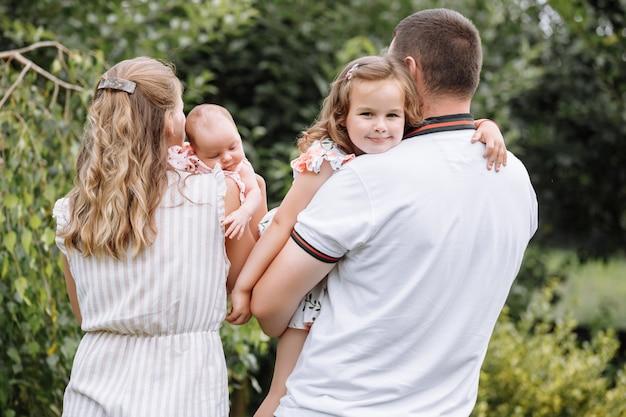 Młoda para z nowonarodzoną córką w parku