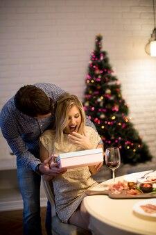 Młoda para z obecnych w czasie świąt bożego narodzenia