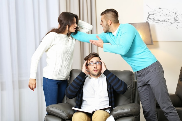 Młoda para z problemem w recepcji dla psychologa rodzinnego