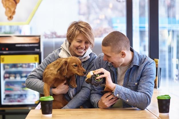 Młoda para z psem po lunch typu fast food