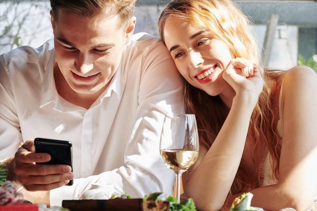 Młoda para z smartphone