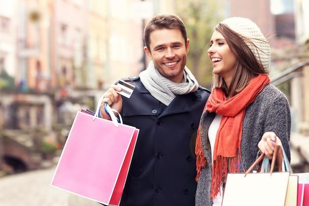 Młoda para z torbami na zakupy