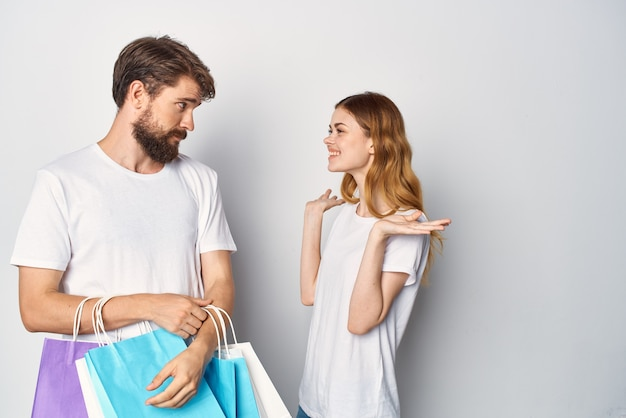 Młoda para z torbami w rękach zakupy wyprzedaż zabawy