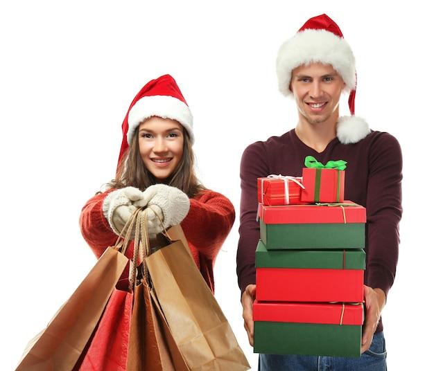 Młoda para z zakupami świątecznymi na białym
