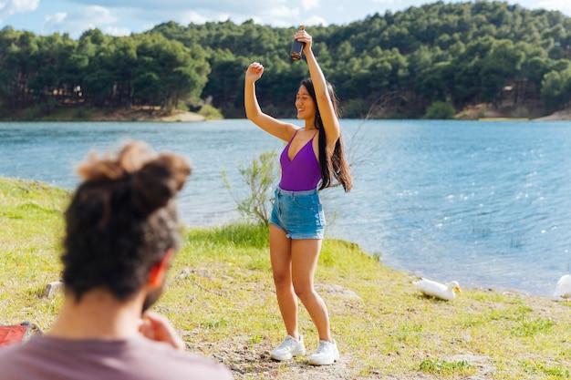 Młoda para zabawy na brzegu rzeki
