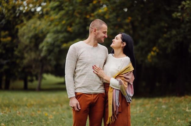 Młoda para zabawy w parku jesienią. randkowy, atrakcyjny