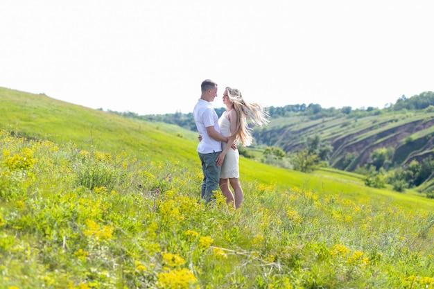 Młoda para zakochana bawi się i cieszy piękną przyrodą