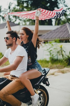 Młoda para zakochana na motocyklu