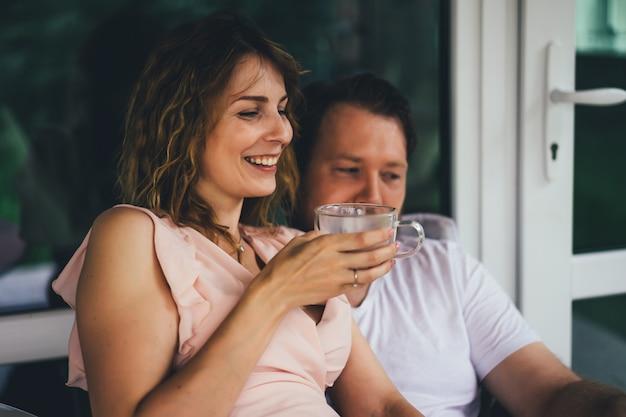 Młoda para zakochana na tarasie swojego domu.