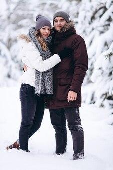 Młoda para zakochana na zewnątrz śnieżnej zimy