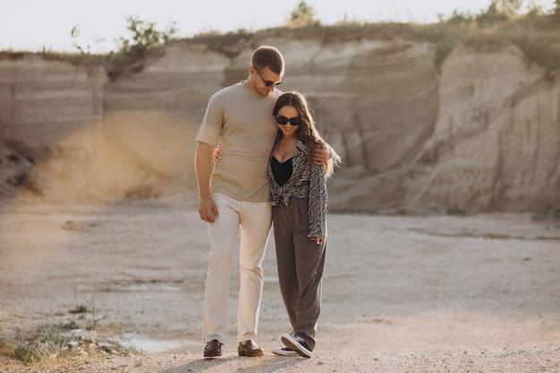 Młoda para zakochana razem w kamieniołomie
