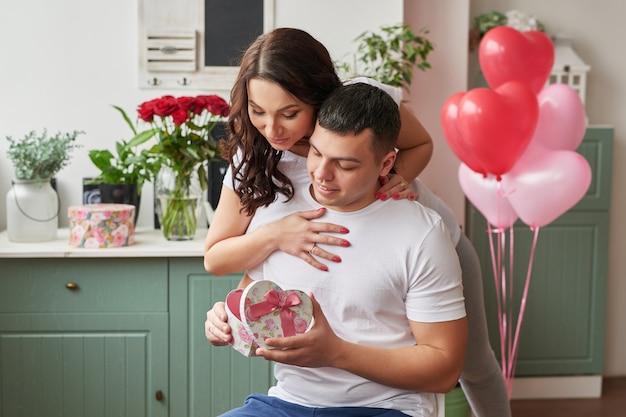 Młoda para zakochana w domu z okazji walentynek