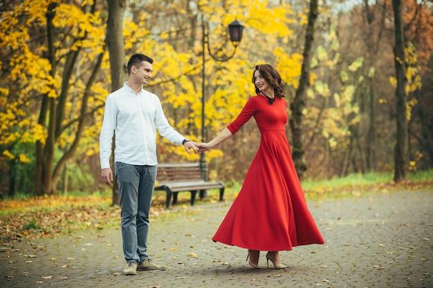 Młoda para zakochana w parku na pierwszej randce