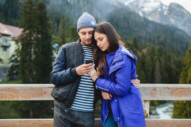 Młoda para zakochanych hipster na ferie zimowe w górach