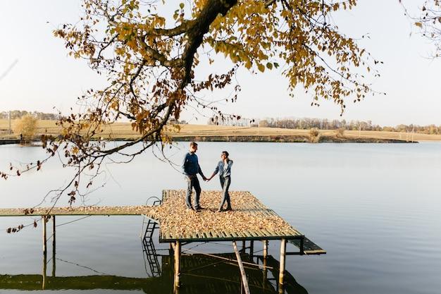Młoda para zakochanych. historia miłosna w jesiennym parku leśnym