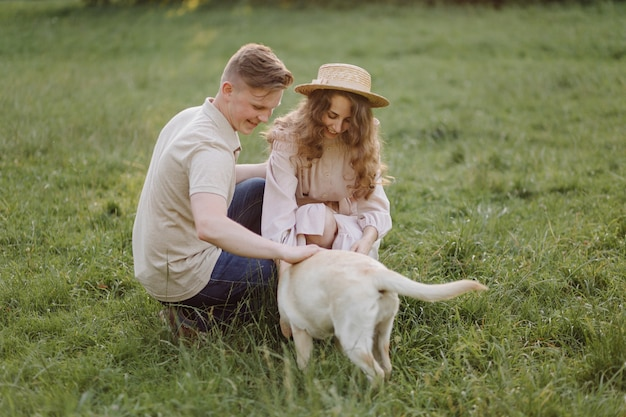 Młoda para zakochanych na zewnątrz. wspaniały zmysłowy odkryty portret młodej pary stylowe moda pozowanie w lecie w polu
