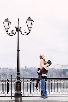 Młoda para zakochanych na zewnątrz