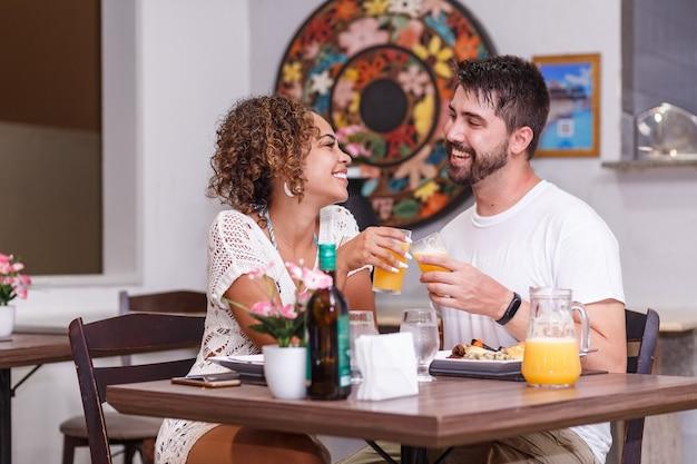 Młoda Para Zakochanych Obiad W Restauracji. Premium Zdjęcia