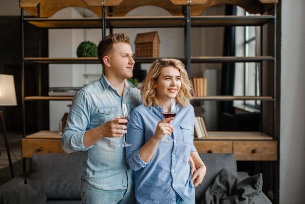 Młoda para zakochanych pije czerwone wino, romantyczną kolację.