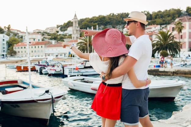 Młoda para zakochanych, podróżujących na romantyczny miesiąc miodowy