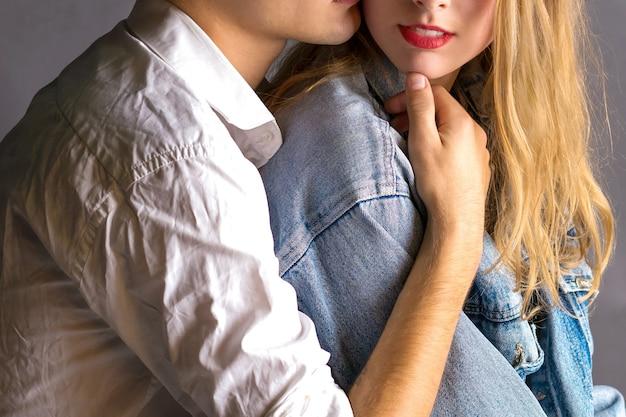Młoda para zakochanych przytula się do siebie. romantyczna historia miłosna