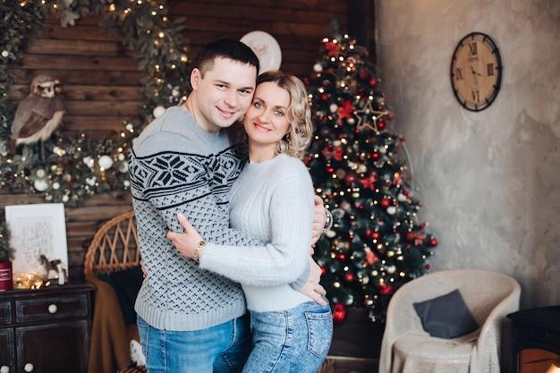 Młoda para zakochanych przytula się i kocha