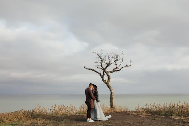 Młoda para zakochanych razem w pobliżu morza