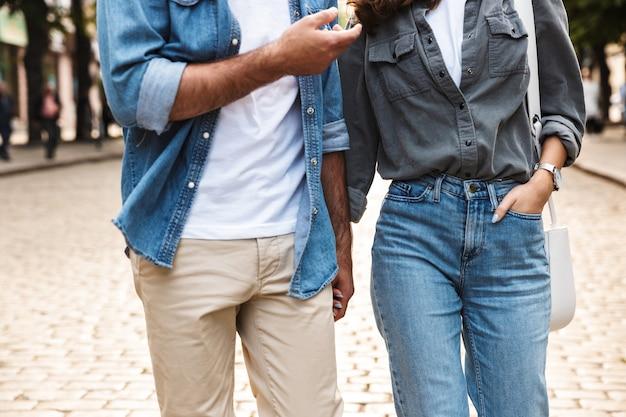 Młoda para zakochanych spacerująca na świeżym powietrzu po ulicy miasta