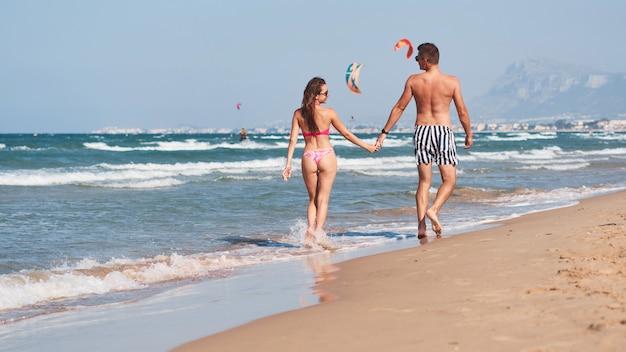Młoda para zakochanych, spacery na plaży.