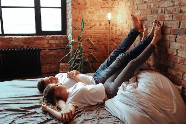 Młoda para zakochanych spędzać razem czas. piękna kobieta i przystojny mężczyzna o intymnych chwilach w domu